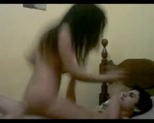Латинская смуглянка перед скрытой камерой отдаётся любовнику лёжа и на карачках