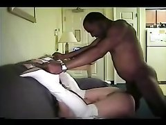 Зрелая белая дамочка в кожаных сапогах вызвала негра для домашнего секса