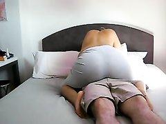Фигуристая домохозяйка перед скрытой камерой сделав минет отдалась поклоннику