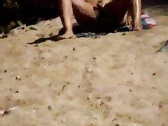 Подглядывание любительской мастурбации грудастой зрелой туристки на пляже