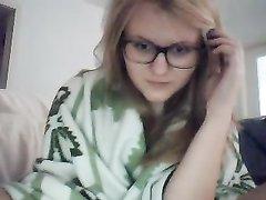 Молодая кокетка раздвинула ноги перед вебкамерой для любительской мастурбации