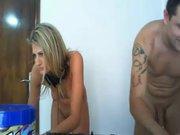 Возбуждённая блондинка возле вебкамеры делает крупным планом минет любовнику