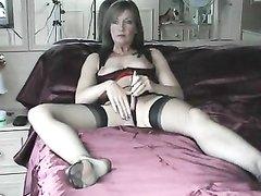 Скрытая камера снимает любительскую мастурбацию зрелой дамы в чулках