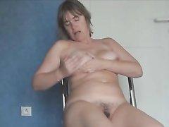 Грудастая зрелая домохозяйка разделась и мастурбирует киску пальчиками