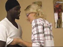 Негр после любительского минета и куни трахает блондинку с маленькими сиськами
