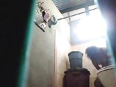 Скрытая камера в туалете снимает зрелую латинскую дамочку с голой попой