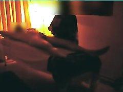 Скрытая камера в кабинете снимает зрелую массажистку сжимающую член в руках
