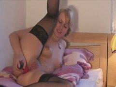 Немецкая блондинка в чулках мастурбирует анал и трахается со зрелым любовником
