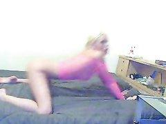 Стройная блондинка перед вебкамерой предалась домашней мастурбации
