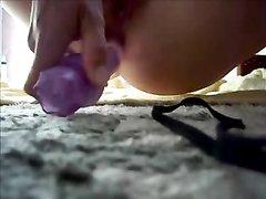 Молодая кокетка для домашней мастурбации использует фиолетовую секс игрушку