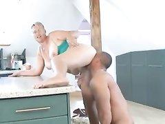 Молодой здоровяк лижет киску и трахает зрелую домохозяйку с большой попой