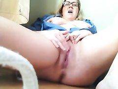Крупным планом домашняя мастурбация и сквиртинг зрелой и толстой домохозяйки