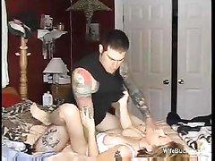 Татуированный молодой романтик трахнул зрелую домохозяйку и кончил внутрь