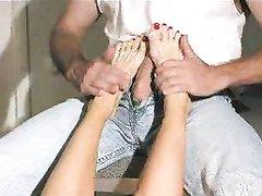 Домашний фут фетиш с развратницей которая дрочит член ухоженными ногами
