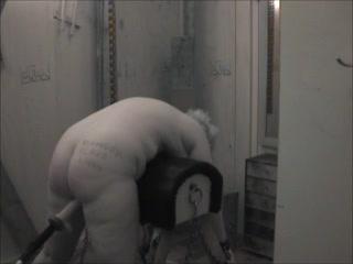 Молодой любовник помогает зрелой толстухе в домашней анальной мастурбации