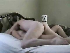 Скрытая камера записывает домашний секс с молодой девушкой на кровати