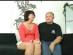 Зрелая пара вызвала опытного молодого парня для домашнего секса втроём