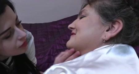 Зрелая и толстая лесбиянка с большими сиськами лижется с молодой любовницей
