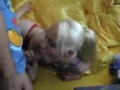 Немецкая блондинка отсосав член отдалась любовнику стоя на четвереньках