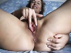 Зрелая и широкобёдрая домохозяйка крупным планом мастурбирует киску