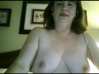 Зрелая развратница занялась любительской мастурбацией по вебкамере