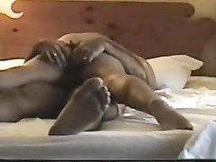 Зрелая домохозяйка с круглой попой перед скрытой камерой трахается верхом