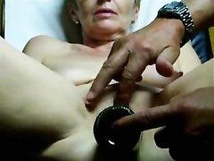 Искусный любовник радует зрелую развратницу мастурбацией крупным планом