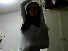 Стройная молодая брюнетка возле вебкамеры исполнила домашний стриптиз