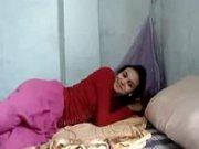Молодая брюнетка с длинными ногами легла в постель с пылким любовником