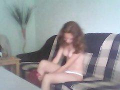 Русская молодая девушка с загаром на диване трахается и сосёт член любовника