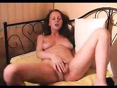Любительская мастурбация длинноногой красотки перед вебкамерой в постели