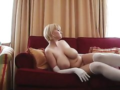 Фигуристая блондинка в домашней соло сцене показывает большие сиськи