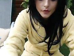 Брюнетка с маленькими сиськами мастурбирует киску чёрным фаллосом во дворе