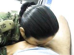 Латинская смуглянка от первого лица строчит домашний минет с окончанием в рот