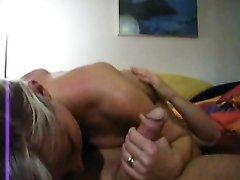 Грудастая блондинка после куни и домашнего минета дрочит член от первого лица