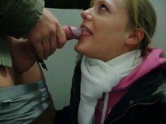 Молодая проститутка чеканит домашний минет для окончания на лицо и в рот