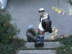 Молодая парочка предпочитает любительский секс с минетом на разных улицах