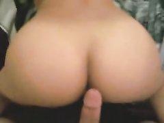 Кокетка с круглой попой наслаждается домашним сексом от первого лица в спальне