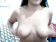 Знойная брюнетка перед вебкамерой наслаждается любительской мастурбацией