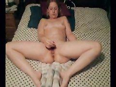 Девушка с маленькими сиськами для домашней мастурбации использует фаллос