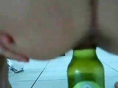 Молодая кокетка для домашней мастурбации битой киски использует бутылку