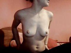Красотка сняв трусики возле вебкамеры предалась любительской мастурбации
