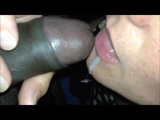 Зрелая домохозяйка крупным планом сосёт большой чёрный член с окончанием в рот
