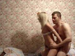 Любительский хардкор с молодой русской блондинкой вечером в уютной спальне