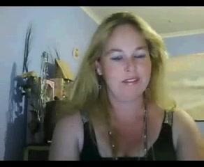 Накрашенная блондинка с загаром перед домашней вебкамерой обнажает сиськи