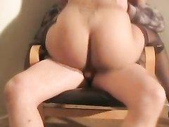 Немецкая блондинка с большими сиськами и круглой попой чеканит домашний минет