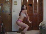 Любительский эротический танец по вебкамере от молодой красотки в нижнем белье
