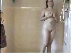 Лесбиянки ласкаются в ванной и лёжа в постели мастурбируют влажные щели