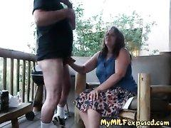 Развратник после любительского минета трахает мастурбирующую зрелую соседку