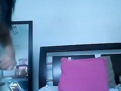 Ухоженная молодая брюнетка по вебкамере демонстрирует большие сиськи